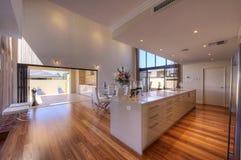 Cozinha Open-Plan moderna luxuoso da galera Fotografia de Stock Royalty Free