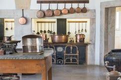 Cozinha portuguesa típica do vintage imagens de stock