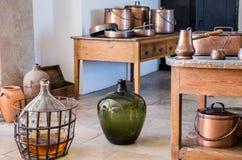 Cozinha portuguesa típica equipada com o kitchenware de cobre e as garrafas de vidro fotografia de stock