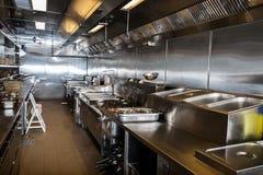 Cozinha profissional, contador da vista no aço Imagens de Stock