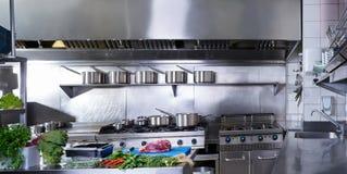 Cozinha profissional do restaurante de aço inoxidável fotografia de stock