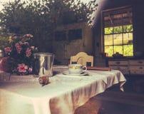 Cozinha rústica da casa da quinta foto de stock