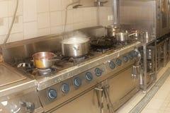 Cozinha real do restaurante, filtrada, efeito do embaçamento Imagem de Stock Royalty Free