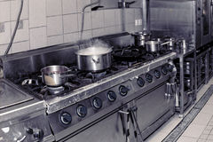 Cozinha real do restaurante, imagem tonificada Foto de Stock Royalty Free