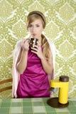 Cozinha retro do copo do vintage da mulher do café Foto de Stock Royalty Free