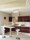 Cozinha roxa moderna e luxuoso Fotos de Stock Royalty Free