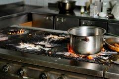 Cozinha suja real do restaurante fotos de stock