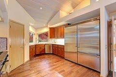 Cozinha surpreendente com os dispositivos de aço inoxidável da parte alta imagens de stock royalty free