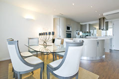 Cozinha ultra moderna do desenhador com sala de jantar Imagens de Stock Royalty Free