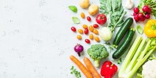 Cozinha - vegetais orgânicos coloridos frescos no worktop foto de stock