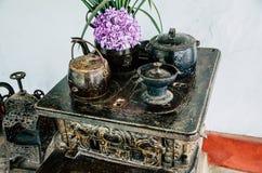 Cozinha velha do vintage com potenciômetros e bules com flores fotografia de stock