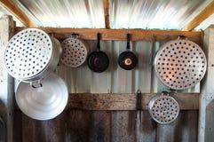 A cozinha velha na casa imagem de stock