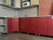 Cozinha vermelha nova moderna com superfícies brilhantes Imagens de Stock Royalty Free