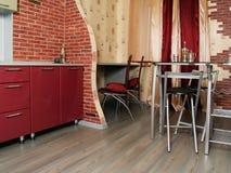 Cozinha vermelha nova moderna com superfícies brilhantes Fotografia de Stock Royalty Free
