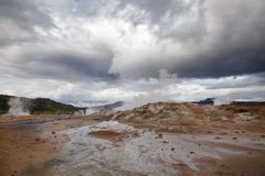 Cozinhando a área geotérmica Namafjall Myvatn Islândia do nordeste Escandinávia de Hverir da lama fotografia de stock royalty free