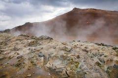 Cozinhando a área geotérmica Namafjall Myvatn Islândia do nordeste Escandinávia de Hverir da lama foto de stock royalty free
