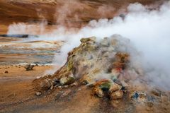 Cozinhando a área geotérmica Namafjall Myvatn Islândia do nordeste Escandinávia de Hverir do vulcão da lama foto de stock