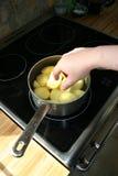 cozinhando as batatas, fervendo fotos de stock