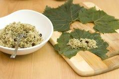 Cozinhando as folhas de uva enchida turcas do alimento Imagem de Stock Royalty Free