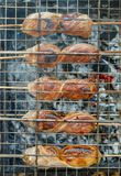 Cozinhando batatas com bacon no assado da grade imagens de stock