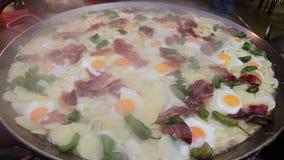 Cozinhando batatas, ovos e jamon filme