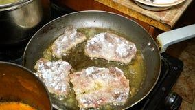 Cozinhando bifes ou carne do fígado Melhore o fígado ou os bifes da carne estão fritando na bandeja do ferro filme