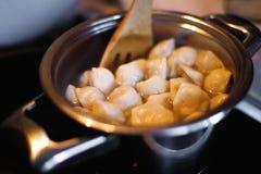 Cozinhando bolinhas de massa Potenciômetro e água a ferver, close up Fotografia de Stock