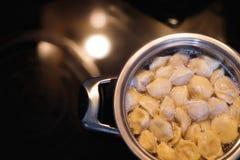 Cozinhando bolinhas de massa Potenciômetro e água a ferver, close up Imagens de Stock Royalty Free