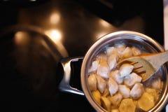 Cozinhando bolinhas de massa Potenciômetro e água a ferver, close up Fotos de Stock Royalty Free