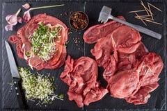 Cozinhando Braciole - rolos italianos do bife imagens de stock
