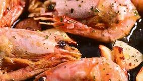 Cozinhando camarões fritados com close-up das especiarias filme