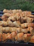 Cozinhando a carne de Turquia nos carvões Chargrill No espeto sobre fotografia de stock