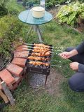 Cozinhando a carne de Turquia nos carvões Chargrill No espeto sobre imagem de stock royalty free
