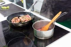 Cozinhando a carne em casa Foto de Stock