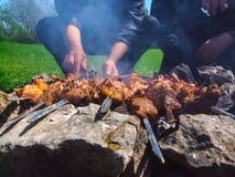 Cozinhando a carne no incêndio Imagens de Stock