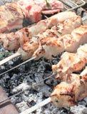 Cozinhando a carne nos carvões fotos de stock