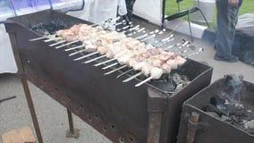 Cozinhando a carne nos carvões video estoque