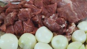Cozinhando a carne triturada da carne, da carne de porco e das cebolas usando uma picadora de carne video estoque