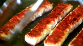 Cozinhando a carne triturada fresca no assado vídeos de arquivo