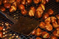 Cozinhando castanhas fritadas Imagens de Stock Royalty Free