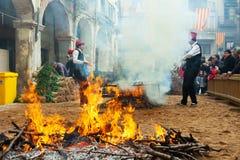 Cozinhando a cebola na fogueira durante o otada do  de CalÑ Fotografia de Stock