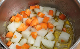 Cozinhando cenouras e cebolas Fotografia de Stock Royalty Free