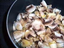 Cozinhando cogumelos imagens de stock royalty free