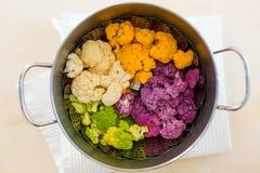 Cozinhando a couve-flor no potenciômetro Imagens de Stock