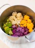 Cozinhando a couve-flor no potenciômetro Fotografia de Stock Royalty Free
