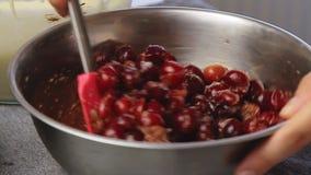 Cozinhando e adoçamento da cereja video estoque