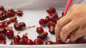 Cozinhando e fazendo o bolo da cereja video estoque