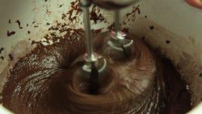 Cozinhando e fazendo o creme com misturador do bolo video estoque
