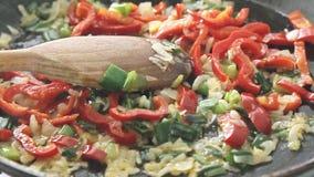 Cozinhando e fritando vegetais video estoque