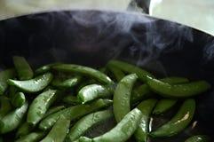 Cozinhando ervilhas instantâneas Foto de Stock